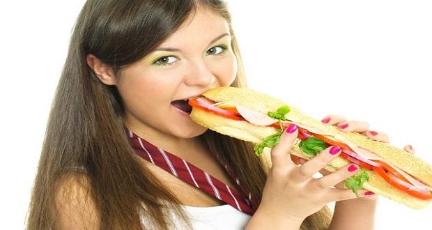 yemek-yiyen-kadin-sandvic