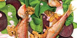 Izgara Somon Yanında Mevsim Yeşillikleri ile Salata veya Haşlanmış Kök Sebzeler